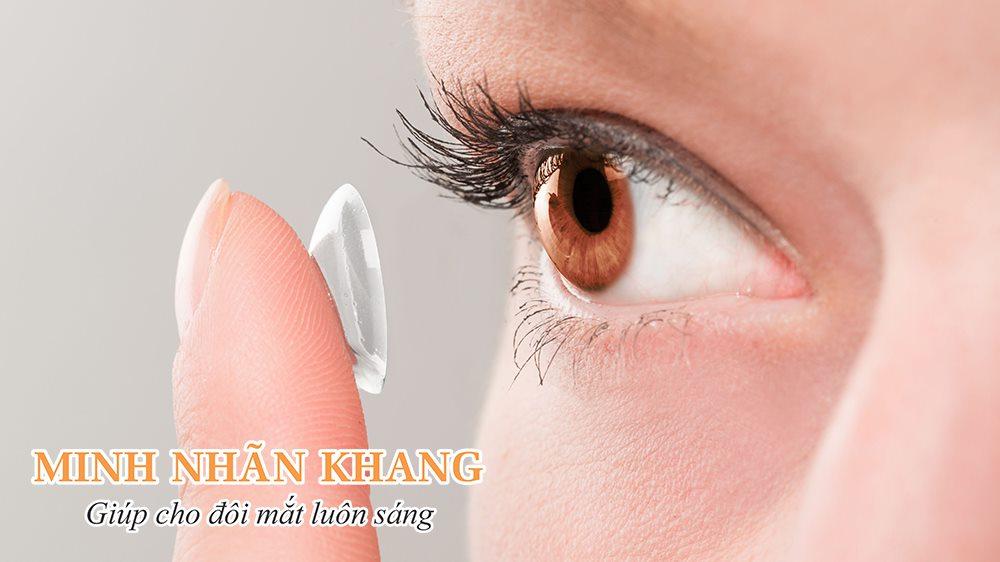 Đeo kính áp tròng là cách điều trị tật khúc xạ mang lại tính thẩm mỹ cao